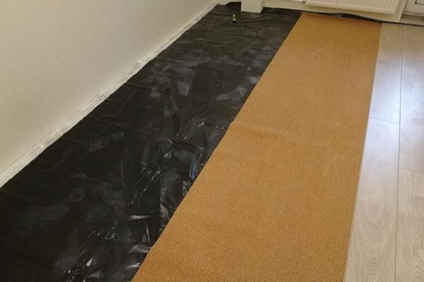 На первых этажах или на полах, расположенных над неотапливаемым помещением пароизоляцией лучше не пренебрегать