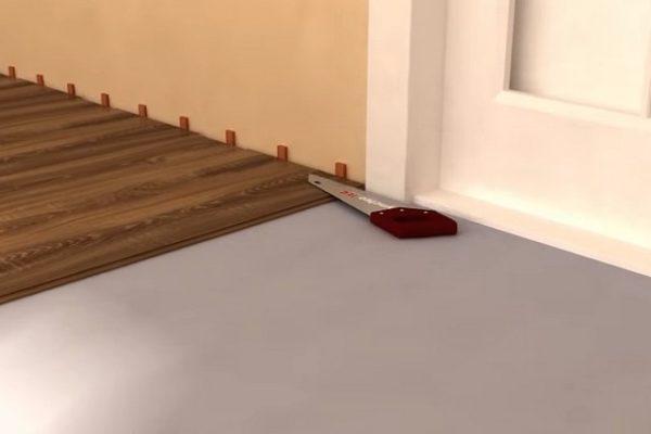 Оптимальный способ – вырезать снизу на коробке паз для вставки ламинированной доски