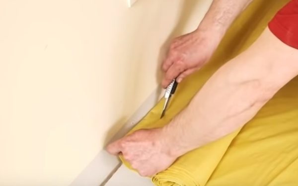 Пленка обрезается острым ножом