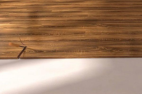С помощью стамески на последней доске уложенного ряда с торцевого замка аккуратно срезается вертикально смотрящий выступ