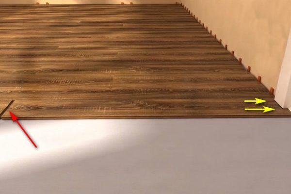 Вначале доска, которая должна войти в паз дверной коробки, вставляется в замок, а затем сдвигается вплотную к стене