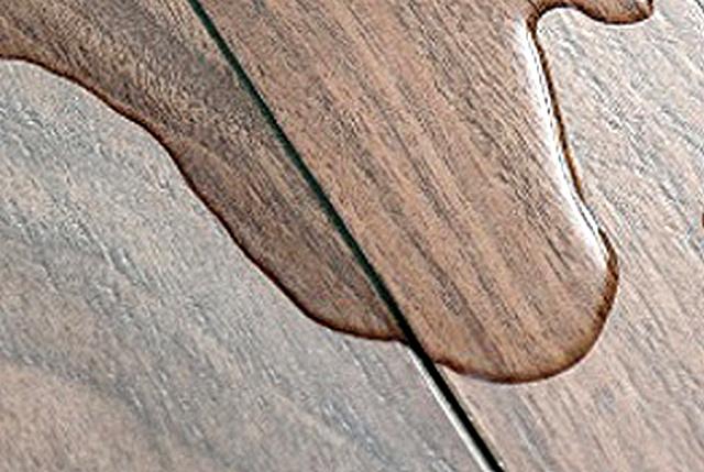 Кратковременный контакт с разлитой водой не должен быть страшен качественному ламинату. Независимо от наличия фаски.
