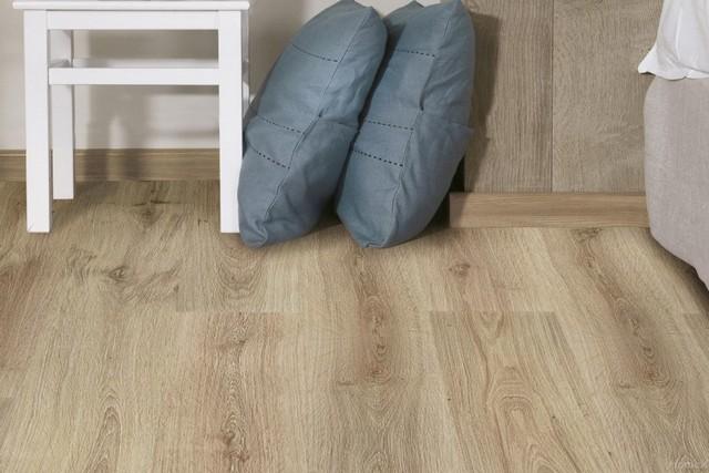 Ламинат изначально разрабатывался в качестве недорогой замены натуральному деревянному покрытию.
