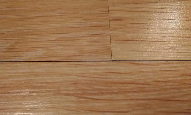 Появление тонких щелей, особенно – неравномерных по толщине, на стыках ламинированных досок создаёт негативный эффект изношенности, потрепанности покрытия пола.