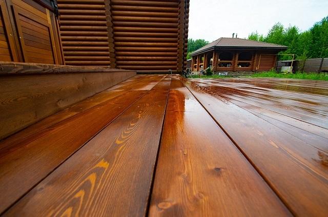 Алкидно-уретановый яхтный лак отлично подходит для покрытия деревянных настилов на открытых террасах