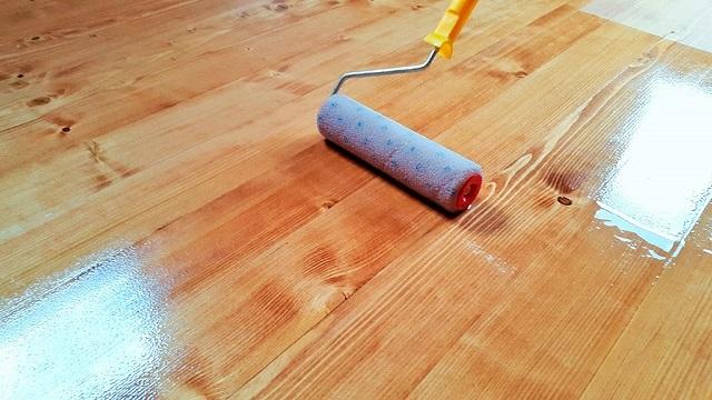 Лак должен легко распределяться по поверхности деревянного покрытия пола.