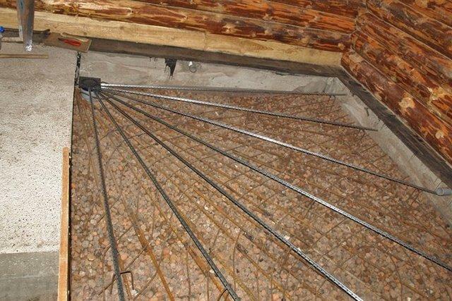 Установлены направляющее маяки для заливки стяжки с уклоном в сторону сливного отверстия – трапа.
