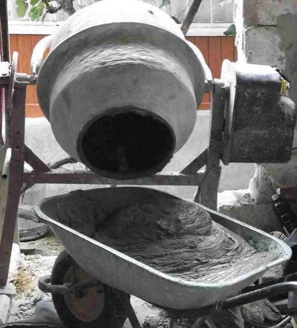 Подготовка цементно-песчаного раствора для стяжки с помощью бетономешалки.