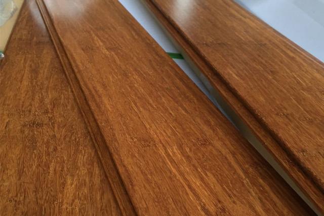 Ламинат с толщиной 12 мм и более в условиях квартиры применяется нечасто. Просто стоимость у него немалая, но возможности такого покрытия оказываются невостребованными из-за неадекватности условий эксплуатации.