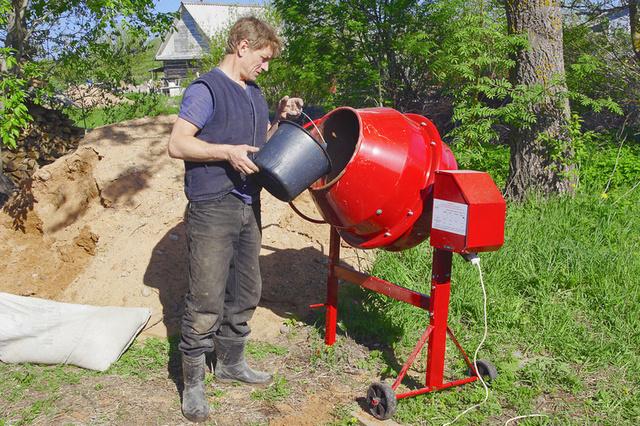 Вода, добавляемая для получения цементно-песчаного раствора, тоже дозируется. Допускается небольшое варьирование в небольшом диапазоне – из-за влажности используемого песка.