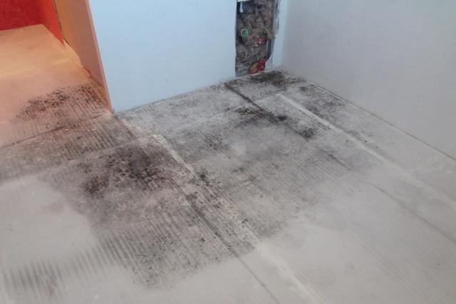 Последствия разлития воды на пол с сухой стяжкой в основании.