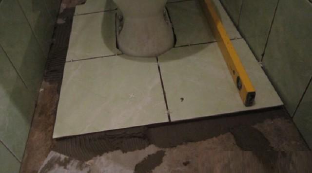 Красивую укладку плитки вокруг установленного унитаза – никак не назовешь легкой задачей!