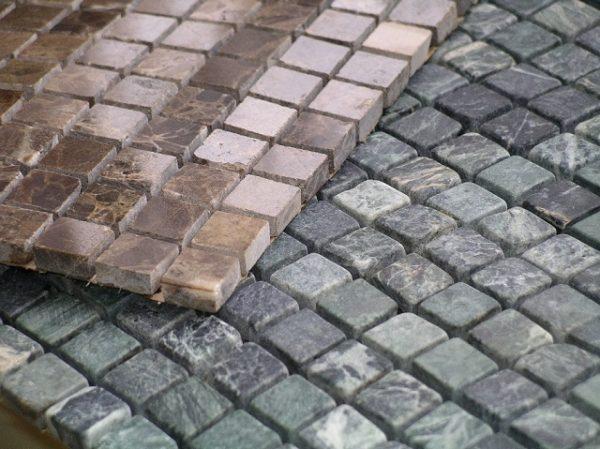 Гибкая мозаичная плитка может быть изготовлена и из натурального камня