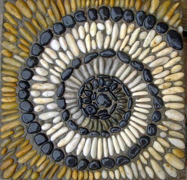 Мозаика-улитка, выложенная из гладких камней с последующим подкрашиванием их поверхностей