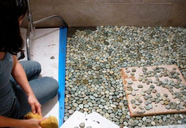 Отдельные камни укладывать в единую композицию сложнее
