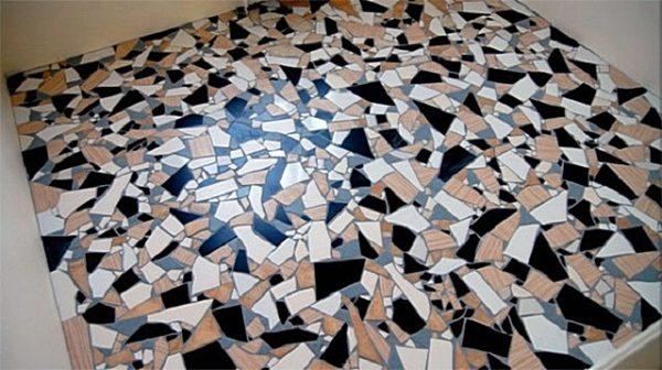 Разноцветные фрагменты керамической плитки, уложенные в хаотичном порядке