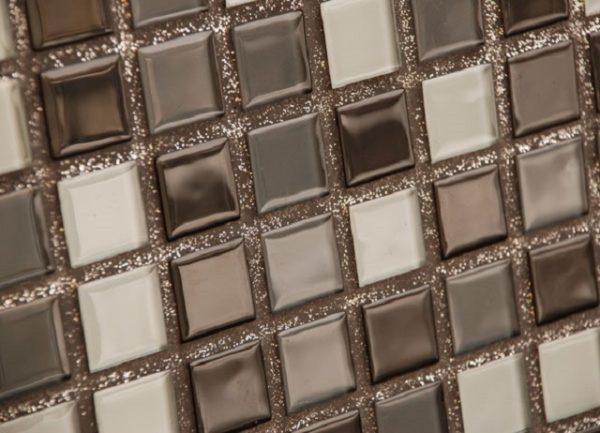 Швы мозаичной кладки заполнены эпоксидной затиркой с играющими на свету блестками
