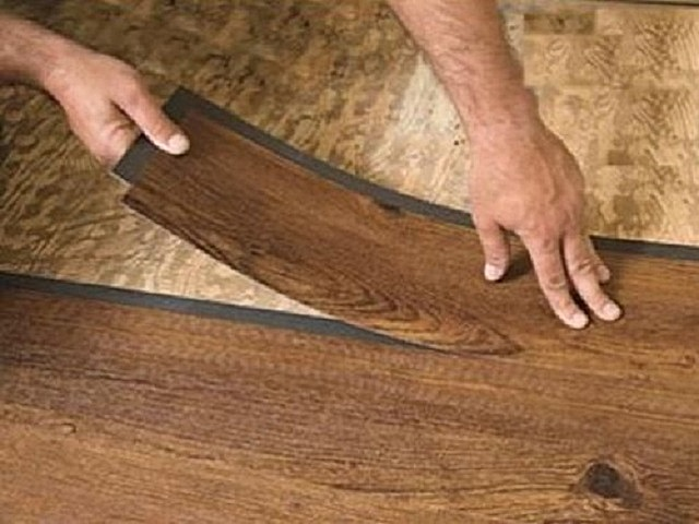 Виниловую плитку можно укладывать на старое покрытие, это может быть линолеум, паркет или керамическая плитка