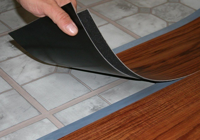 Наклеивание виниловой плитки на старый линолеум
