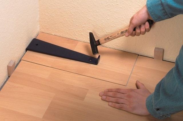 Притяжная скоба облегчает укладку завершающих плиток в ряду, а также всего завершающего ряда.