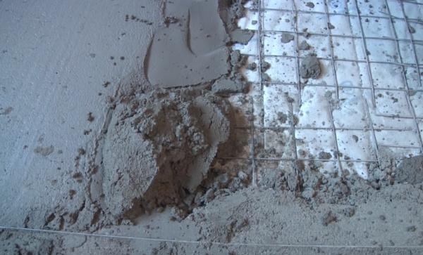 Раствор набрасывают лопатой или кельмой