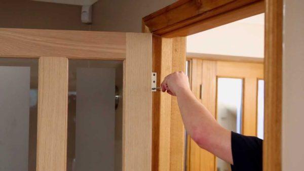 Демонтируйте межкомнатную дверь