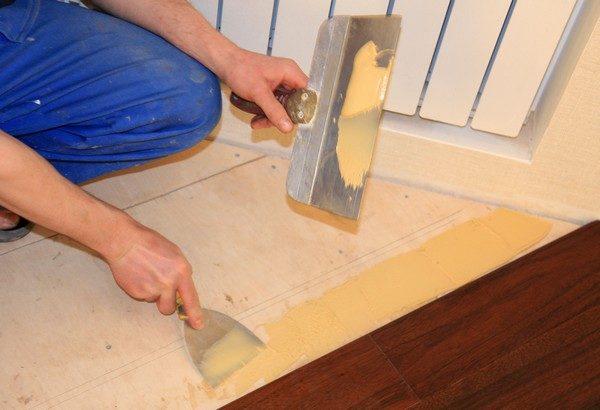 Для приклеивания массивной доски к полу используется только двухкомпонентный безводный клей