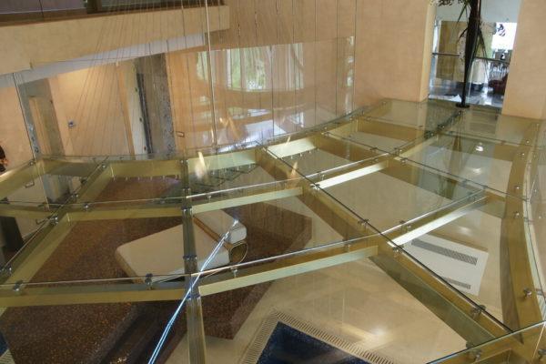 Красивый стеклянный пол второго этажа