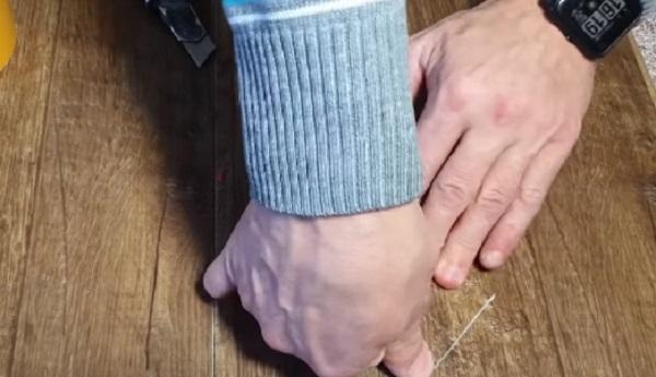 Кусок линолеума приклеивается скотчем