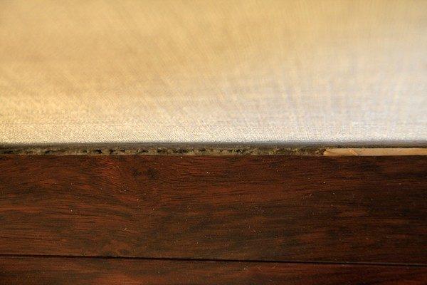 Между стеной и краем уложенных досок необходимо оставить зазор шириной 5-10 мм