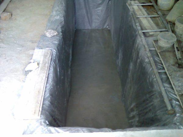 На дно ямы залит бетон