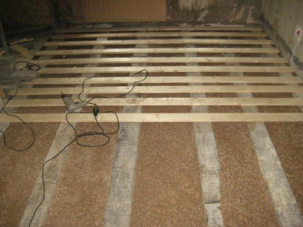 На фото вариант деревянного пола по лагам с керамзитом