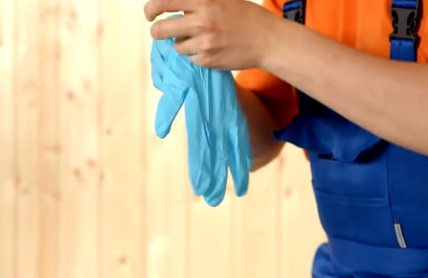 Наденьте резиновые перчатки