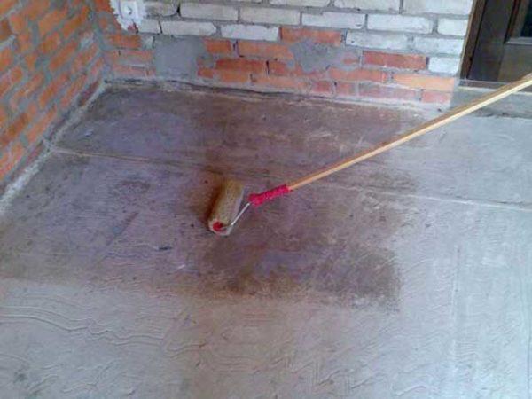 Нанесение грунтовки на цементное покрытие