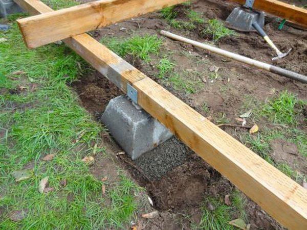 Опорные балки размещаются на специальных бетонных блоках