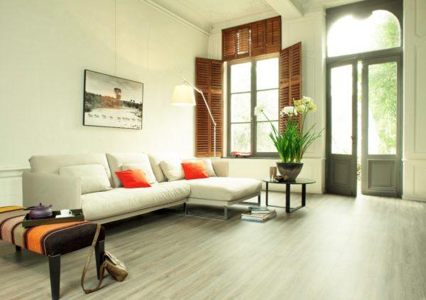 Плитка прямоугольная, с рисунком, имитирующим дерево, смотрится элегантно и сдержанно
