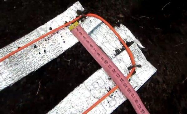 Под кабель подкладываются листы изоляционного материала