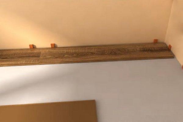 При правильной разметке этот фрагмент идеально встанет на свое место с необходимым зазором от торца до стены