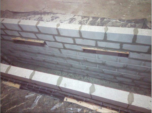 Процесс кладки стен смотровой ямы