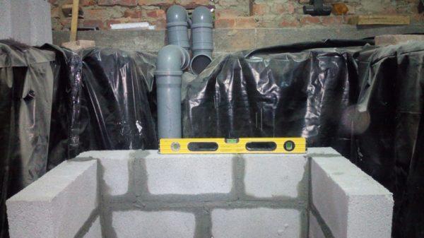 Процесс кладки стен. На фото видны трубы вентиляции