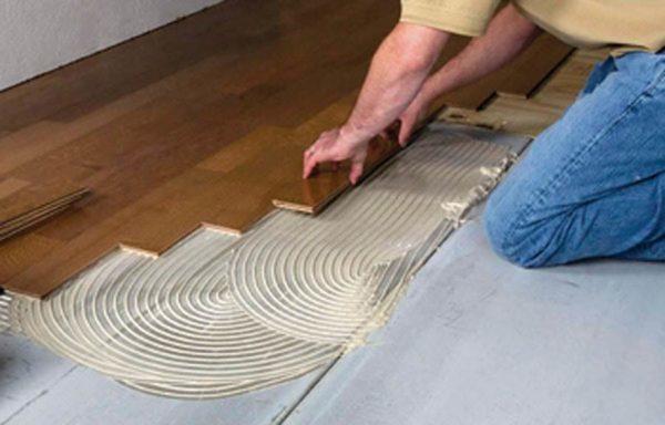 Процесс укладки массивной доски