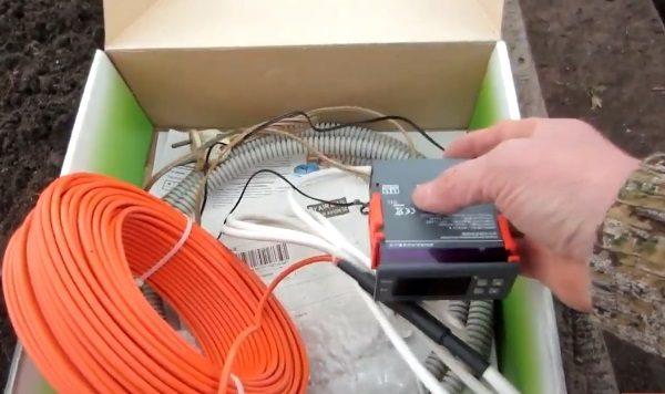 Провода нужно подключить к терморегулятору