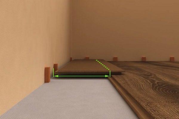 Ровно по краю рабочей поверхности предыдущего уложенного ряда наносится линия реза