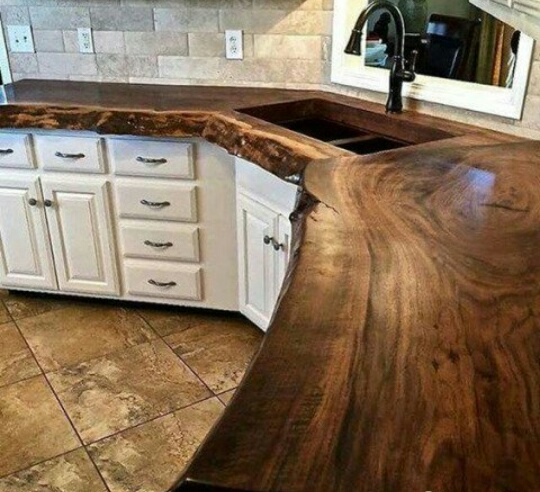 Столешница из натурального дерева создает уют на кухне, но очень подвержена повреждениям