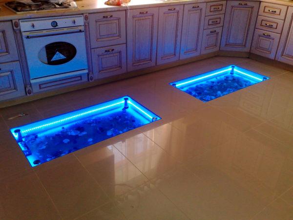 Стеклянные ниши в полу с подсветкой