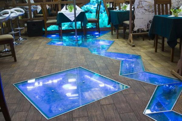 Стеклянный пол синего цвета