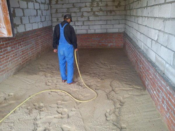 Засыпка песка, его проливка и уплотнение