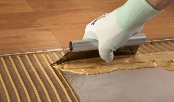 Клеевой кварц-винил. Плитка клеится на специальный состав и на выровненную поверхность (предварительно пол заливается бетоном и разравнивается)