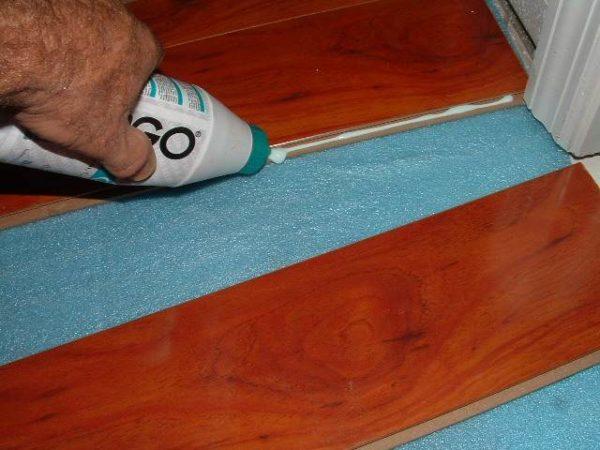 Замково-клеевой кварц-винил. Каждая плитка оснащена 2 наружными клеевыми полосами и 2 внутренними