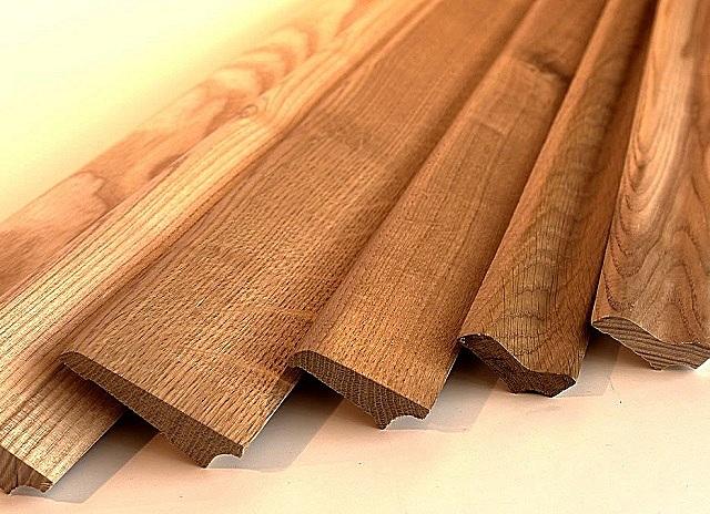 Обычные деревянные плинтусы, тонированные морилкой – над ними еще предстоит немало поработать.